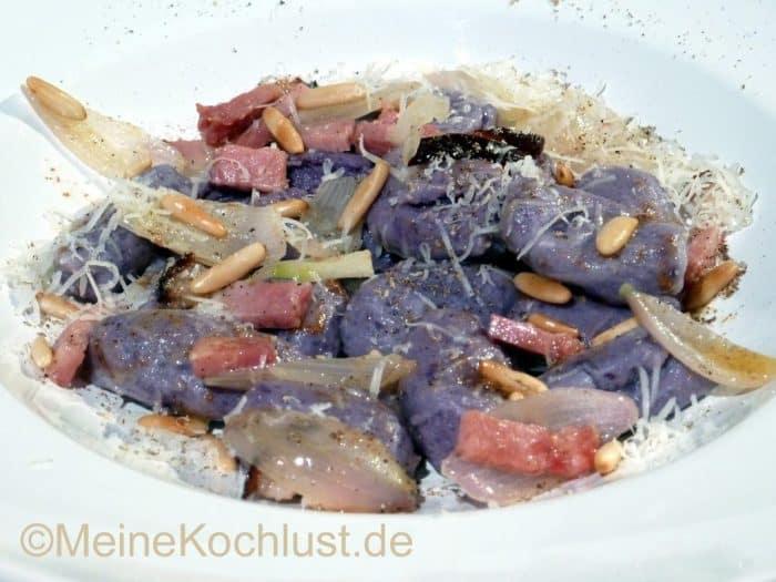 Blau-violette Gnocchi mit Nelkenbutter und Schinken