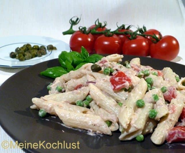 Nudelsalat mit Thunfisch, Erbsen, Tomaten und roten Zwiebeln