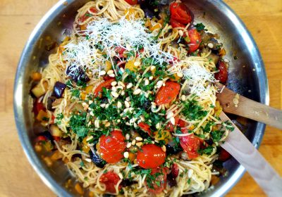Spaghetti mit Aubergine, Oliven und Pinienkernen